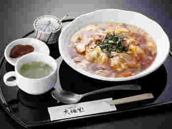 平日のランチタイム(11:00-14:00)限定メニュー『葛とじごはん』。吉野地方では、葛あんをかけたご飯を健康食として、古来より食べて来られました。そこからアレンジされた一品です。スープの中にも葛きりが入っています。