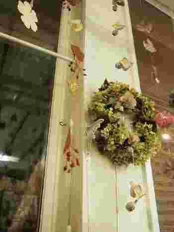 お花やグリーンが好きな方には、ドライフラワーなどを使ったガーランドがぴったり。ドライフラワーを一輪ずつ紐に通して吊り下げたり、ウッドクリップで挟んで飾り付けをしたり。ガーランドなら置き場所を取らず、好きな場所にお花を飾ることができそうです。