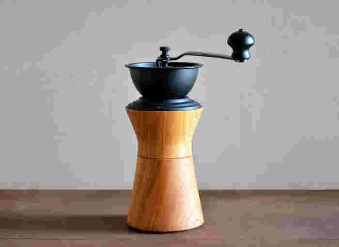 ケヤキの木目と曲線が美しいコーヒーミル。シックな雰囲気はそのまま食器棚やテーブルに飾っても風景になります。曲線は美しいだけでなく、しなやかに手にフィットしてコーヒーミルを扱いやすくしてくれています。