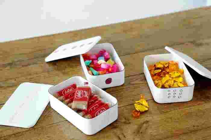 お弁当以外にも使い方いろいろ。食品の保存に適しているので、お菓子入れにもぴったり◎お友達を家に呼んでティータイム・・・そんなときに、この「ほうろう弁当箱」にカラフルなお菓子を入れて出せば、テーブルの上がぱっと華やかに。