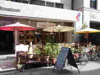 オフィス街で愛されるタイ料理「タワンタイ」は、かわいらしい傘が目印。オープンな雰囲気は現地の風を感じます。