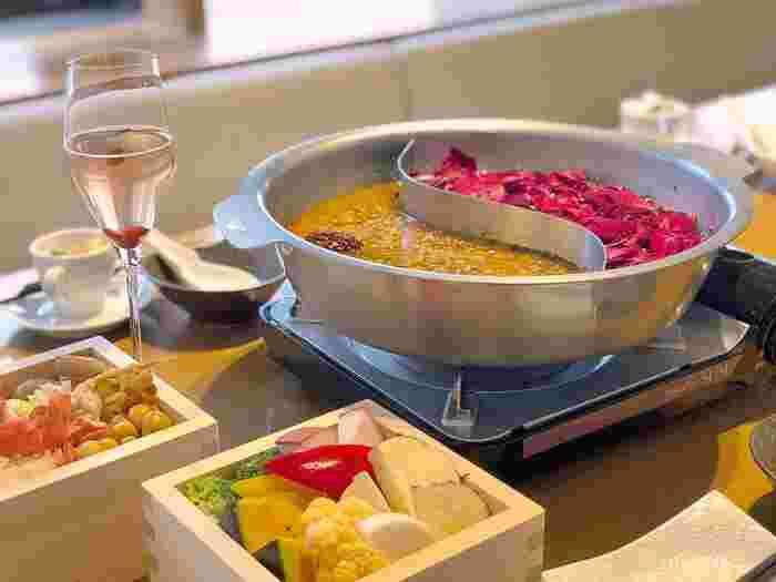 おすすめは、ランチ・ディナーどちらでもいただける薬膳鍋。色鮮やかなスープがフォトジェニックですね。季節ごとにスープが異なり、こちらは冬限定の発酵薬膳鍋です。ほかにも「濃厚豆乳スープ」と「ピリ辛デトックス」など効能が異なるスープが登場するので、季節ごとに味わってみてはいかがでしょうか?
