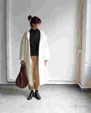 無地のアイテムで揃えた、シンプルな大人カラーリングのコーディネート。ホワイトのロングジャケットが爽やかなので、中はブラックとベージュを取り入れることによって秋冬らしいコーデにしています。艶のあるオックスフォードシューズで、さりげなく品の良さをプラス。