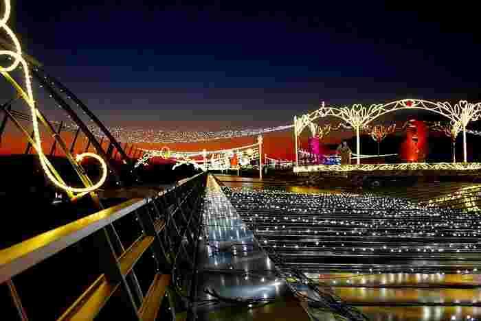 スカイデッキは夜になるとイルミネーションで美しく彩られます。