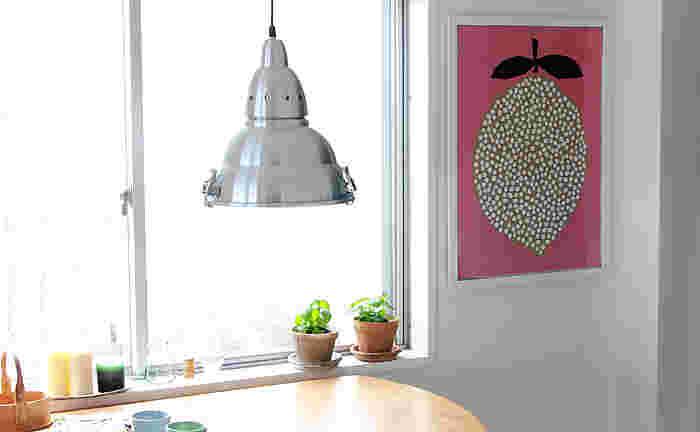 ほっこりと心が温まるデザインを発信しているノルウェーのブランド、ダーリン・クレメンタイン。お洒落なインテリアブログによく登場する定番のポスターです。インパクトのあるデザインながら、やわらかな色味でお部屋に優しくマッチしてくれます。