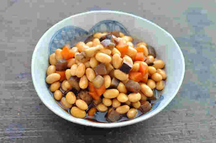畑の肉と言われるように、タンパク質を多く含んだ大豆を使ったレシピです。砂糖やみりんなど甘みのある味付けが美味しい。さらに、大豆やこんにゃくなどの保存がきく食材ばかりで、冷蔵庫であれば4~5日は保管することができます。