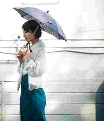Bon Bon Store(ボンボンストア)のデザイナー井部祐子氏が「いま、私が欲しいもの」を コンセプトにデザインした傘は、もち手などこだわりのディティールをシンプルにまとめ、大人の女性のスタイルにすっと馴染むデザインが揃っています。  Bon Bon Store(ボンボンストア) UV加工ドット刺繍長日傘