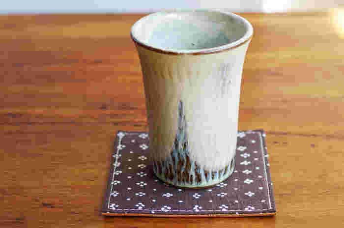 フィンランドのヴィンテージファブリックで作ったコースターは、和食器に合わせてもしっくり♪ 北欧の名作テキスタイルと本革の貼り合わせなので、食卓の雰囲気に合わせてリバーシブルで使用できます。