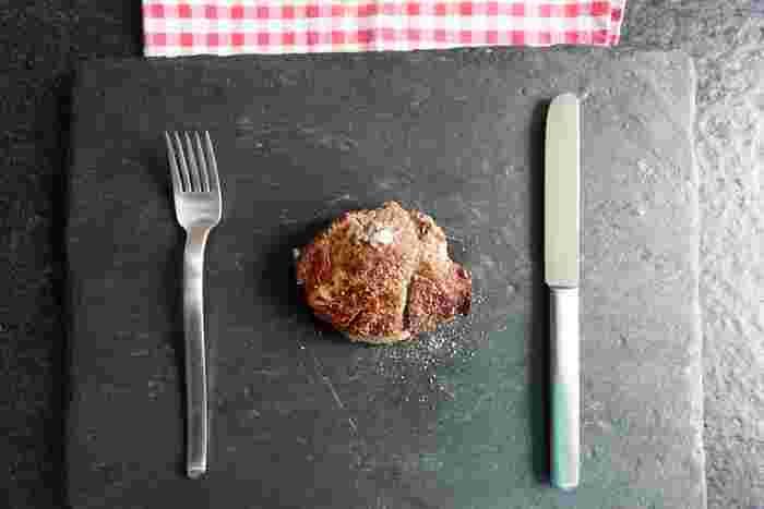"""特別な日はレストランも良いですが、お家で美味しいお肉とワインで乾杯も良いですよね。でもただ""""焼くだけ""""なのになかなか美味しくお肉を焼くことができないと悩む方も多いのでは。実はお肉は美味しく焼くポイントがあるんです。美味しい焼き方をマスターしてしまえばお家で美味しいステーキをいただくこともできるんですよ。そこで今回は美味しいステーキの焼き方とお肉ごとの焼き方&ソースのレシピをご紹介したいと思います!"""