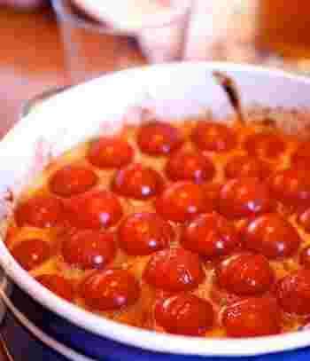 プチトマトをコロコロとたっぷり並べた、食卓が華やぐ一品です。大皿にたっぷり作って、みんなでわいわい召し上がれ♪
