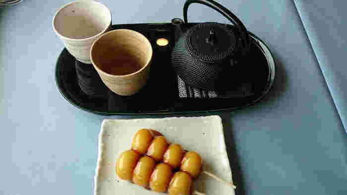 照りが美しく艶々の大吉ダンゴも甘さ控えめでお餅も柔らかく、癖になる美味しさです。ゆったり流れていく時間を贅沢に堪能できるひとときです。
