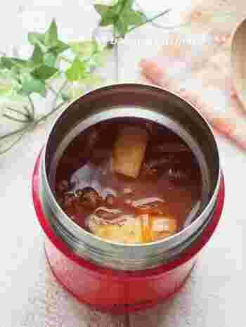 トマトベースのあっさりビーフシチューは、野菜は薄切りや千切り、お肉は牛こま肉を使うので時短で作れます。スープジャーを前もって温めておくことをお忘れなく。