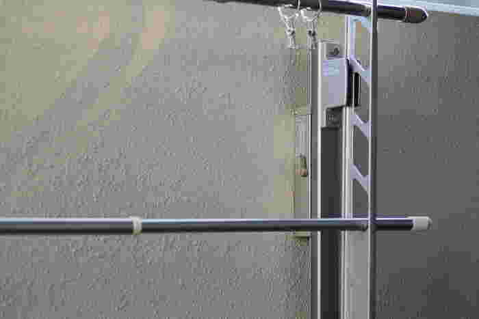 水で濡らして固く絞ったウエスで手すりや柵、壁を拭いていきます。雨が降ったあとならその水滴を利用してもいいですね。汚れが落ちにくい場合は重曹水やセスキ水を使いますが、アルミや銅は腐食するので注意。物干し竿はウエスのきれいな面を使って拭いておきましょう。室外機も一緒に拭いておきます。