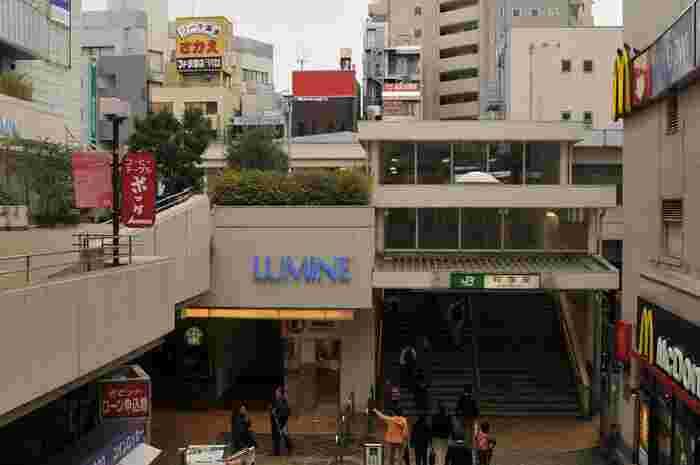 荻窪駅の北口には「ルミネ」と「タウンセブン」という駅ビルがあり、南口には「荻窪すずらん通り商店街」と「荻窪南口仲通り商店街」という大きな商店街が2つあります。そのため、新宿や中野、吉祥寺まで出なくても駅周辺で十分必要なものが揃えられる、便利な環境です。