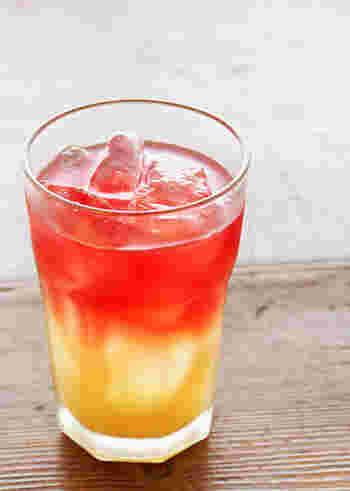 パイナップルジュースとローズヒップティーが美しい層をなすトロピカルティー。おしゃれなハワイアンカフェのような気分ですね♪カラカラと氷の音も楽しみながら、夏の昼下がりの極上タイムを♪