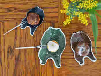 香の物やおつまみを乗せるお皿にしてもいいし、ちょっとしたお菓子をよそっても。クマが抱えているように見えるのが面白いですね。