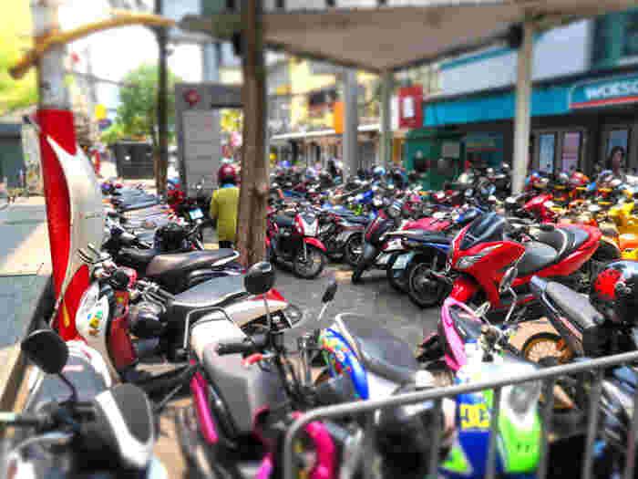 バンコクの空港に着いたら、タクシーや電車などでバンコク市街地にアクセス可能です。 タクシーを使用する際は必ず!空港タクシーを利用するようにしてくださいね。  市街地に入ってびっくりするのが、バイクや人、タクシーの量。 結構渋滞や交通量が多く、なかなかエキサイティングですよ。 道路を横断するときはくれぐれもお気をつけて。