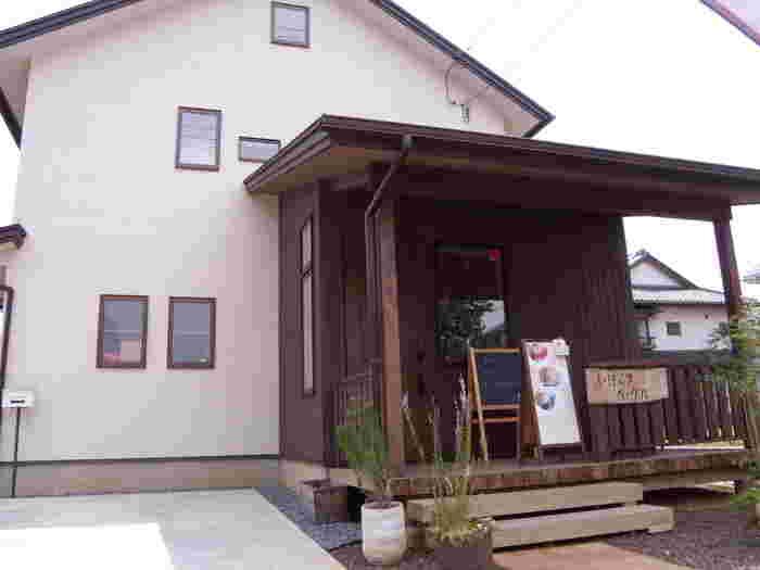 茨城県守谷市の住宅街にある「いばらきベーグル」は、地元のオーガニック野菜を使ったベーグルサンド専門店。テイクアウトが基本ですが、ウッドデッキでいただくこともできますよ。