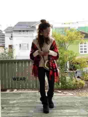 セーターとパンツのごくシンプルな着こなしのトップに、ジョンストンズのロイヤルスチュワートを。アウター代わりに羽織るだけで、一気に、暖かみのある優しい表情のコーデが出来上がります。