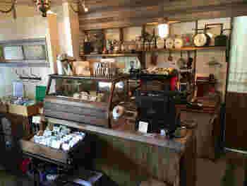 レトロな空間が広がる店内は、どれをとっても魅力溢れる小物や家具で満ちていています。何よりホッとする雰囲気も魅力の一つです。
