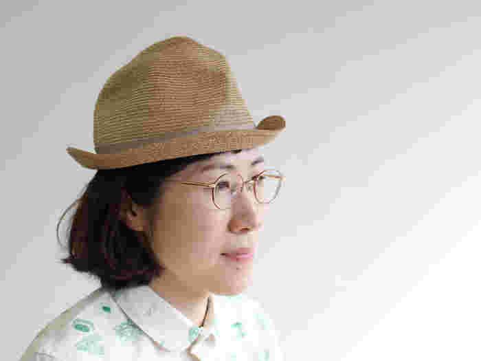 やわらかさとハリを併せ持つ素材でできており、形が自由自在に変化させられるため、自由なスタイルでおしゃれを楽しむことができます。普段帽子をかぶらない方でも、気軽に取り入れることができそうですね。