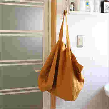入れるものによって、しなやかに形を変えるバッグです。こちらもリネン100%で、長く愛用できる一品です。たっぷり入る大きさで、旅行の時などに心強いですよ。