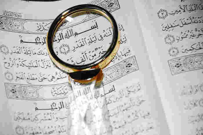 「アラビア書道」は、葦から作られたペンでアラビア文字を装飾する(カリグラフィ)技法です。