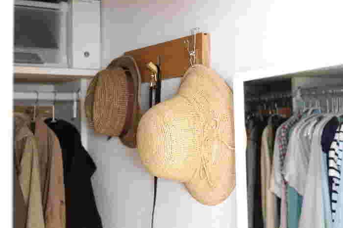 収納しにくく、型崩れしてしまっては台無しの帽子は掛けておくと、サッと手に取りやすくなります。掛けにくい物はこのようにピンチで挟むのもおすすめです。