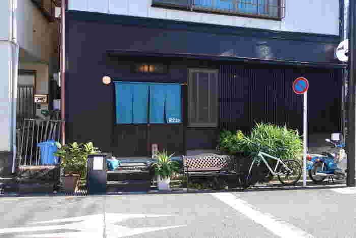 鎌倉駅から江ノ電に揺られて3つ目の長谷駅から海方面。星の井交差点に位置するのが「定食屋うしお」です。最近鎌倉で増えてきた古民家を改装して作られた宿泊施設も兼ねているお店で、そちらの1階で定食を頂くことができます。