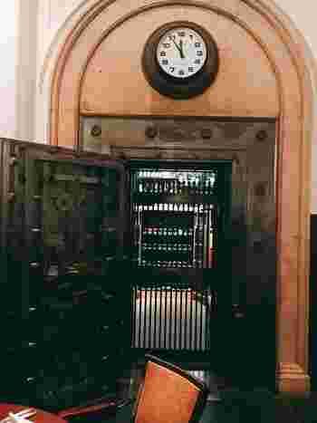 しかも、銀行であった当時の姿をすっかりそのまま残して。「昔の川崎貯蓄銀行の金庫室に電話交換室、役員室が、そのままレストランの個室として使われてるんやって!ホンマにユニークで、お洒落やねぇ♪」