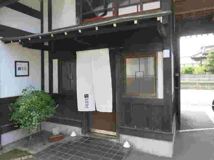 木内酒造の敷地内にある大正時代に建てられた蔵を、お蕎麦屋さんにリノベーション。手打ちの十割蕎麦と合うネストビールや日本酒などを楽しめます。