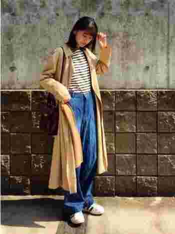 ロング丈のトレンチコートはトップスをボトムにインして着るのがおすすめ。ルーズなデニムでもすっきりと着こなせます。
