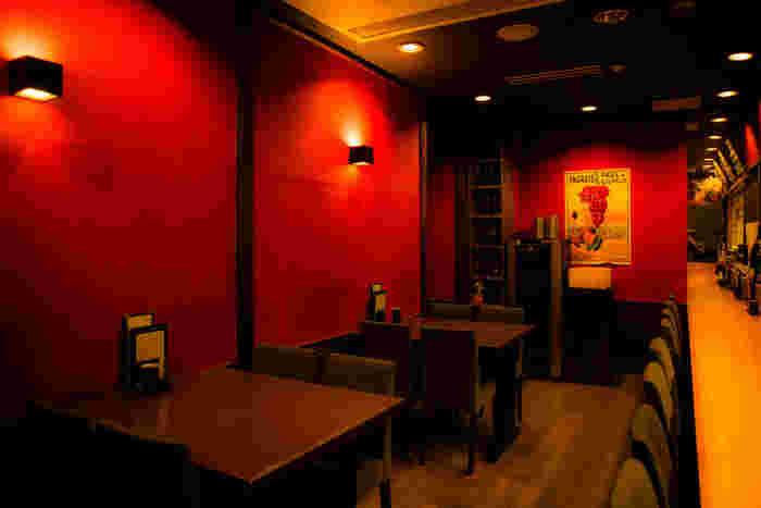 軽子坂沿いにある「Bird Grill Torino(バードグリルトリノ)」は、焼き鳥とワインが楽しめるお店。しっとりモダンな空間で、意外な組み合わせを堪能しましょう。