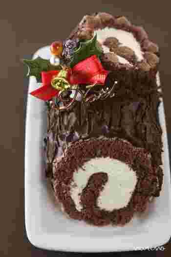 フランスのクリスマスケーキ「ブッシュ・ド・ノエル」。こちらはココアビスキュイ生地で作るブッシュドノエル。 外側には生チョコに近いチョコクリームをデコレーション。ふんわりした生クリームと、濃厚なチョコクリーム、ふんわり生地のハーモニーが絶妙です。
