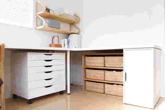 こちらのお宅のように、引き出し収納やカゴを上手に使えば細々としたモノを隠して収納できます。デザインの良い雑貨などは、オープン棚に見せてアイキャッチにするとインテリアとしても素敵です。