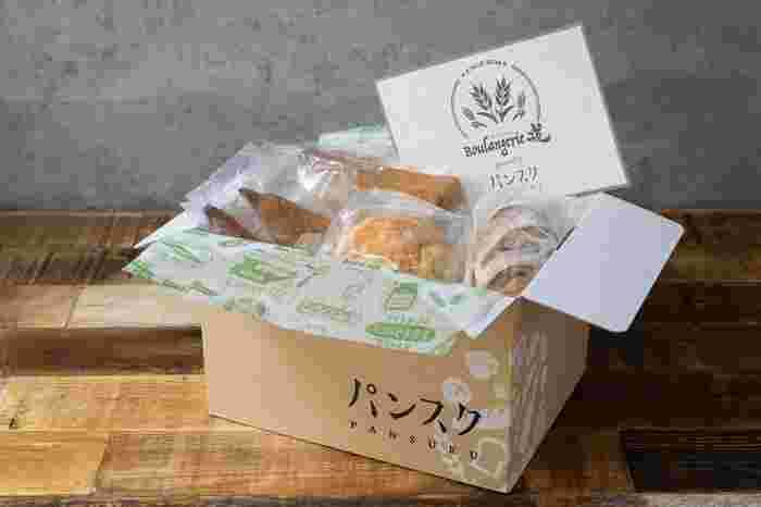 朝食に、ディナーに、おやつに…ちょっと気分を上げてくれるとっておきのパンが届く「パンスク」。  パン屋さんで焼き上げたばかりのパンをその場ですぐに冷凍。おいしさを閉じ込めた状態で、ダンボールいっぱいに、6~10個ほどの各店自慢のパンが詰められて到着します。  ※パンの値段・大きさなどによって、お届け個数は異なります。