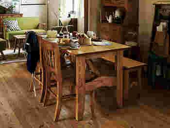 テーブルの脚にデザイン性の高いものを選ぶと、ヴィンテージ感が増します。  椅子+ベンチなど組み合わせを変えてもおしゃれです。