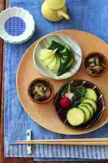 ぬか漬けのように、いろいろな野菜を漬けることができるヨーグルト味噌は、とても便利な食材です。漬ける前の野菜は、しっかり水気を切って入れるのが美味しく作るポイントです。  大きさを揃えるようにすると、同時に仕上げることができます。少しずつ、いろいろな種類の野菜が並ぶと食卓も賑やかになりますね。