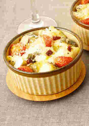 【たらとトマトのカマンベールプチグラタン】 人数分ずつ小さなココットで焼けば、パーティにぴったりの可愛いプチグラタンに。