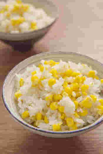 とうもろこしが美味しい季節に是非! シンプルに塩だけの味付けなので、とうもろこしの甘みたっぷり!優しい味わいのご飯です。 ご飯を炊く時間が無い時には、前の晩にセットしておいて時短調理しちゃいましょう。