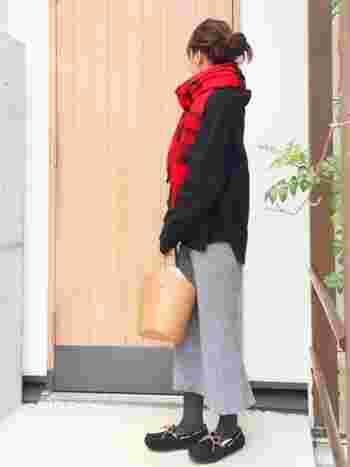 バケツ型のキャメルバッグは赤のチェック柄ストールと相性抜群。キャメルをちょこっと取り入れるだけで暖かそうな雰囲気になりますね。