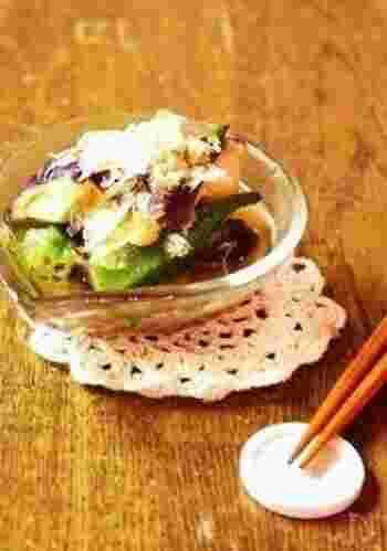 切ったナスとオクラをレンジで3分加熱。めんつゆと生姜でさっぱりと食べられるメニュー。夏野菜のナスとオクラの相性もバッチリです。