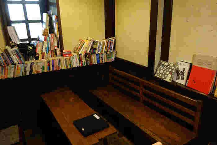 昭和30年に建てられたバーを改装して作られたのだそう。当時のままの意匠を残している部分もあり、懐かしさ漂う空間には、アートや文芸、サブカルチャー系の本がたくさん置いてあります。メニューには、お酒の種類も豊富で、おつまみに最適な食べ物もいろいろ。もちろん、コーヒーやジュースなどの、ノンアルコールのドリンクも揃います。甘いものを食べたい時にもってこいのメニューも♪
