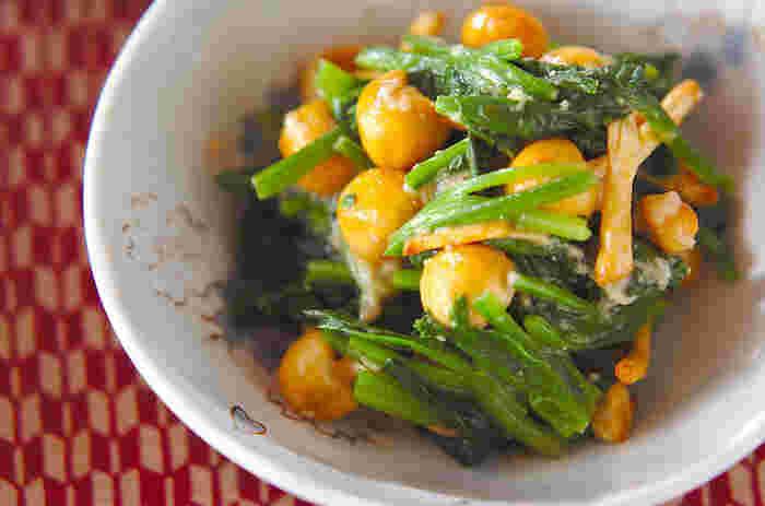 なめことほうれん草、大和芋、又は長芋で作る「ホウレン草のなめこ和え」。味付けは甘酢をベースにだし汁やわさびが加わり、大人の味わいに。甘酢は作り置きしておけて、様々な料理に使えるのでお休みの日にたっぷり作っておけば色々と助けてもらえそう。