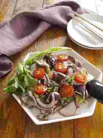 パクチーがたっぷり入ったパクチー好きにはたまらない牛肉とナスのピリ辛サラダ。爽やかな酸味の中に辛味があるタイ料理は日本の夏にもぴったり。じとじとした暑い日はタイ風サラダで暑さを吹き飛ばしましょう。