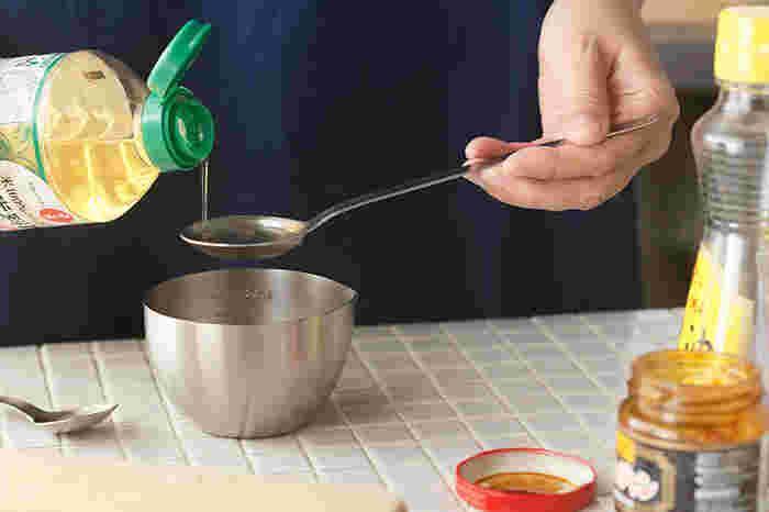 計量スプーンにあまりない、柄が長く、すくう皿の部分が浅い形状をした「コンテ/conte」の計量スプーン「やくさじ」。はかる・混ぜる・すくうの作業を1つでできる、便利な調理道具です。柄の部分と受け皿の角度が計算されて作られており、はかる際にこぼれにくく、左右の重みのバランスもちょうど良いので安定感も◎。