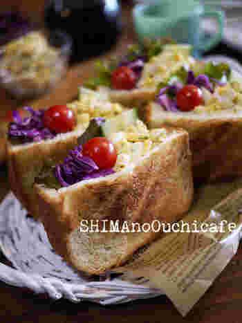 厚切りパンの断面に切れ目を入れることで袋状に。なんでも詰められて、しかもこぼれにくくて食べやすいポケットサンド。こちらは、ゆで卵や彩り豊かな野菜をたっぷり詰めています。色のコントラストが美しいですね。