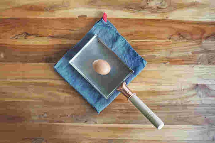 料理のプロにも愛用者が多い、銅製の玉子焼き器。熱伝導の良さが特徴で、短時間で均一に加熱することができるので、ふわふわの玉子焼きを作ることができます。はじめのうちは、火加減やお手入れが難しいですが、慣れてしまえば手放せなくなる!そんな素材です。