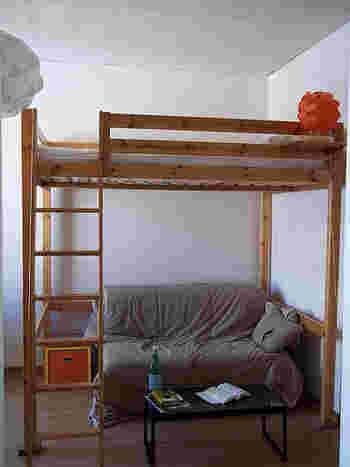 ロフトベッドは空間節約の基本ですよね。  下の空間にソファを置いたり、収納スペースにしたりと有効活用ができます。