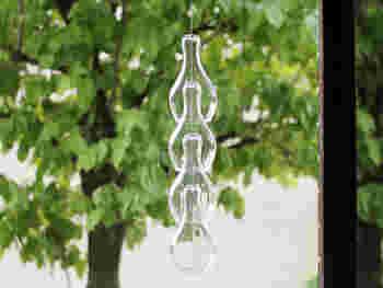 風に揺れて、江戸ガラスのきれいな音色が響きます。見ても聴いても涼しくて癒されます。
